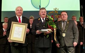 Priznanje sta prejemniku zlatega vojniškega grba podelila župan Branko Petre in podžupan Viktor Štokojnik.