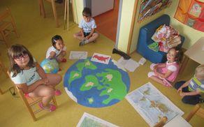 Otrokom, ki poletje večinoma preživijo v vrtcu, smo želeli delček sveta prikazati s spoznavanjem različnih držav.