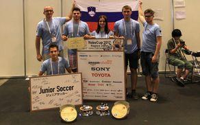 Ekipa SLOBOT z mentorjem po razglasitvi nagrade za najboljši timski duh