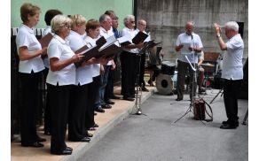 Veteranski pevski zbor in dirigent Franc Podjed