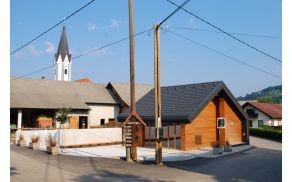 Pavčkov dom se nahaja sredi vasi v Šentjuriju.