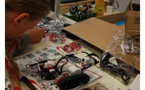 Med sestavljanjem robotov čas hitro mine. Foto: arhiv OŠ Kanal