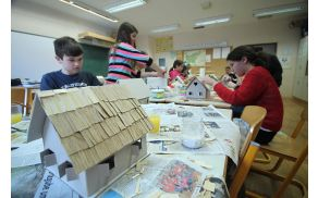 Otroci Osnovne šole Tržič krasijo hišice za Guinnessov rekord (foto OŠ Tržič).