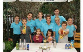 Otroci s svojimi brezalkoholnimi koktajli in Fartek kolektiv