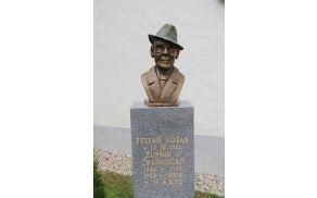 Š. Kušar, rojen 1910 v Laporju, umrl 2002 v Črešnjicah, kjer je tudi pokopan.