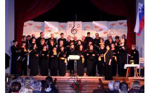 Pevsko društvo Zvon z zborovodkinjo Marijo Celestina