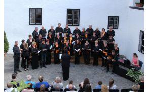 Ob spremljavi kitare in klavirja - Pevsko Društvo Zvon