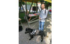 Miha Srebrnjak iz Dolenjega Suhadola s psom  vodnikom  labradorcem Dantejem