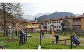 Dan za spremembe je zaznamovala tudi ureditev otroškega igrišča Mavrica v Kobaridu, ki so ga urejali otroci s svojimi starši. Na pomoč so jim priskočili skavti, domačini in tudi gasilci, ki so opravili zahtevnejša dela. Foto: Nataša Hvala Ivančič