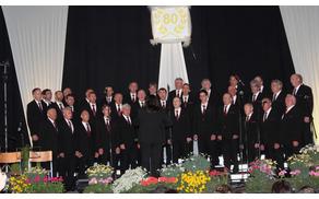 Pevci moškega pevskega zbora pod taktirko zborovodkinje Emilije Kladnik Sorčan.