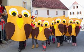 Učenci 1. razreda POŠ Nova Cerkev v kostumih sovic in čukcev