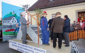 Otvoritev pločnika z nadvozom v Vojniku v izvedbi članov PGD Dobrna