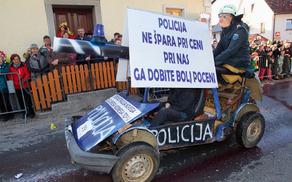 Cenejša izvedba policijskega vodnega topa in Janez Močenik
