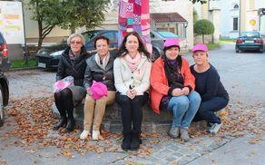 Ekipa žensk, ki je izvedla akcijo ovijanja debla s pleteninami.