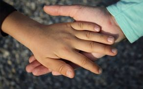 3160_1508313081_handss.jpg