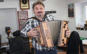 Sandi Majcen v delavnici, kjer izdeluje harmonike.