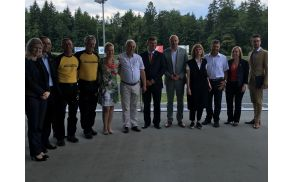Skupna fotografija ministra dr. Petra Gašperšiča z ekipo in ekipe AMZS