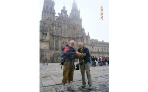 Srečna romarja pred katedralo v Composteli. Foto: arhiv Joška Draščka
