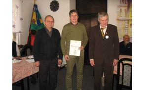 Tržiški župan mag. Borut Sajovic je na minulem občnem zboru prejel priznanje za 40. letno čebelarjenje