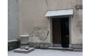 Neznanec je z grafiti popisal zid cerkve v centru Kobarida in zvon ob cerkvi.