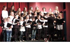 Mladinski pevski zbor OŠ Deskle med nastopom na proslavi; Foto Tanja Kogoj