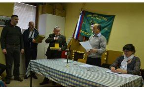 Na občnem zboru čebelarjev so najzaslužnejši prejeli tudi priznanje Antona Janše.