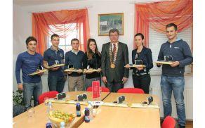 Od leve proti desni: David Satler, Tadej Verbošt, Gregor Verbošt, Ana Tiana Bauman, Peter Škrlec, Andreja Ferk in Jernej Sinič