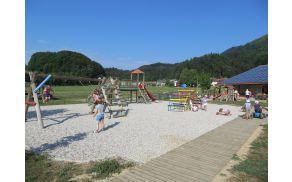 Pogled na preurejeno otroško igrišče v počitniških dneh