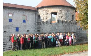 Pohodniki pred  žužemberškim gradom Foto:V.Kostevc