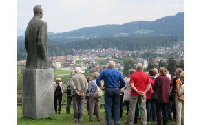 Spomenik Prežihovega Voranca s pogledom na Kotlje