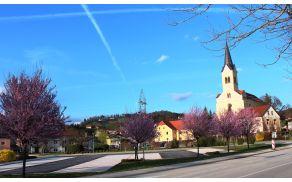 Pomladna podoba pred cerkvijo sv. Jerneja v Vojniku