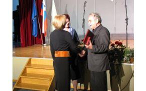 Olga Kovač, ravnateljica OŠ Vojnik, prejema priznanje iz rok dr. Matjaža Kmecla.