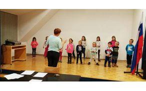 Mlade pevke in pevci z zavzeto zborovodkinjo