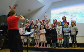 Otroški pevski zbor z zborovodkinjo