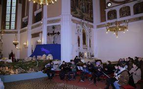 Šmarski Tamburaški orkester ob jaslicah v Šmarski cerkvi