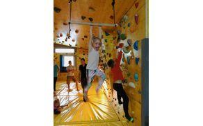 V telovadnici s plezalno steno