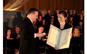 Slavnostni govornik mag. Igor Teršar, predsednik JSKD RS, je podelil Gallusovo listino za izjemne dosežke na področju glasbe Heleni Vidic