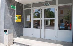 Defibrilator je nameščen ob vhodu v Kulturni dom Mirna Peč