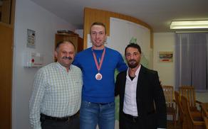 Eršteta, ki je na evropskem prvenstvu v tajskem boksu osvojil bron, je sprejel domači župan Kastelic.FOTO: Nataša Rupnik