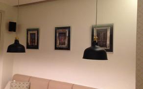 """Fotografije """"Mengeških vrat"""" na stenah mestne kavarne"""