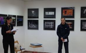 Simon Krejan predsednik Fotografskega društva Janez Puhar v nagovoru
