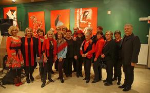 """Skupinska fotografija razstavljalcev, mentorja in glasbenikov na odprtju razstave """"Rdeča"""""""