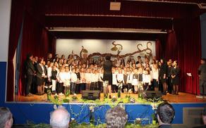 Učenci in učitelji OŠ A. Bezenška s pesmijo ob jubileju