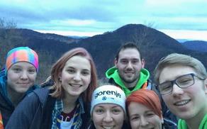 Ekipa RUP Mengeš na vrhu Svetega Primoža čaka sončni vzhod (foto: Ela Praznik)