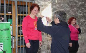 Rajmond Debevec predaja medaljo naši Saški.