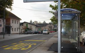 Nova avtobusna postaja stoji nasproti kulturnega doma. Foto: Andrej Kastelic