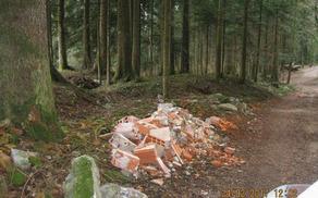 Neporabljeni ali odsluženi gradbeni material ne sodi v naravo! (Foto: Željko Hohnjec)