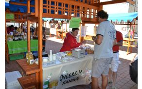 Ponudniki tipičnih produktov na kanalski tržnici. Foto: arhiv Občine Kanal ob Soči