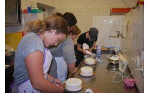 Mladi slaščičarji ob svojih tortah, foto: arhiv OŠ Kanal