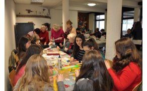 Starejši in otroci pri ustvarjalnem delu; Foto: Majda Rejec